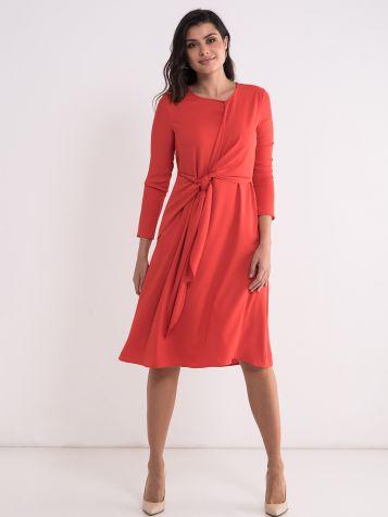 Interesantna crvena haljina