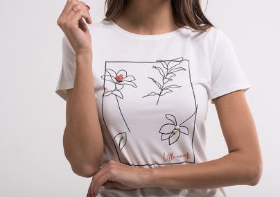 Bijela majica sa floralnom skicom